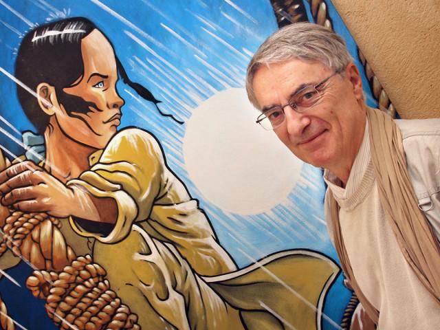 Francois Bourgeon accanto al suo personaggio, Isa