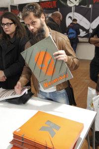 Matteo Casali con la copia del numero Zero di Kriminal