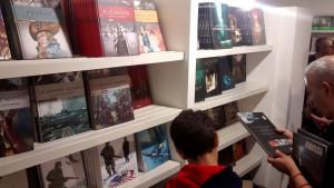 Gli scaffali dello stand di Mondadori Comics